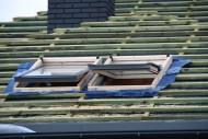 Okna dachowe są najczęściej wybieraną formą naturalnego doświetlania pomieszczeń poddaszy. Wyprzedzają lukarny czy bawole oko